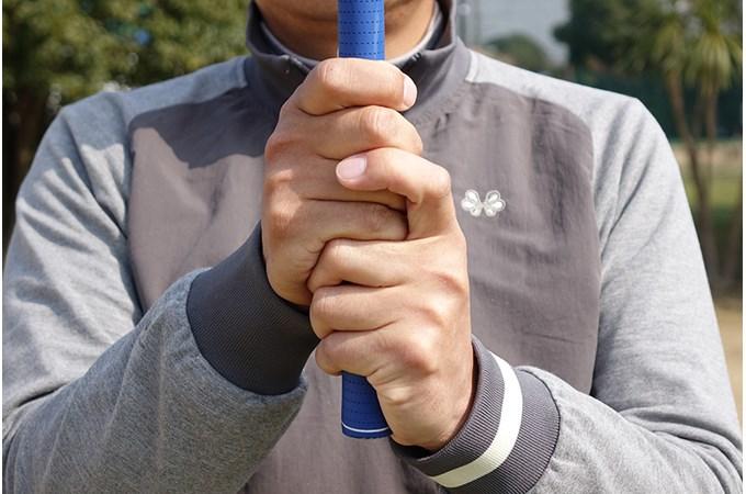 左手の人差し指を、右手の中指と薬指の間に