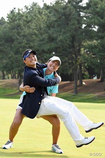 これは…お姫様抱っこではなく、王子様抱っこ?片岡大育を支えるのは伊能恵子キャディ