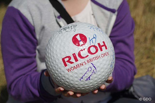 2014年 全英リコー女子オープン 最終日 サイン 好きな選手からサインをもらえたかな?(「Pentax K-3」にて撮影)