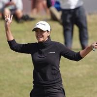 表彰式では、多くのプロ仲間たちに祝福されたモー・マーティン。ツアー初優勝でメジャータイトルを手に入れた(「Pentax K-3」にて撮影) 2014年 全英リコー女子オープン 最終日 モー・マーティン