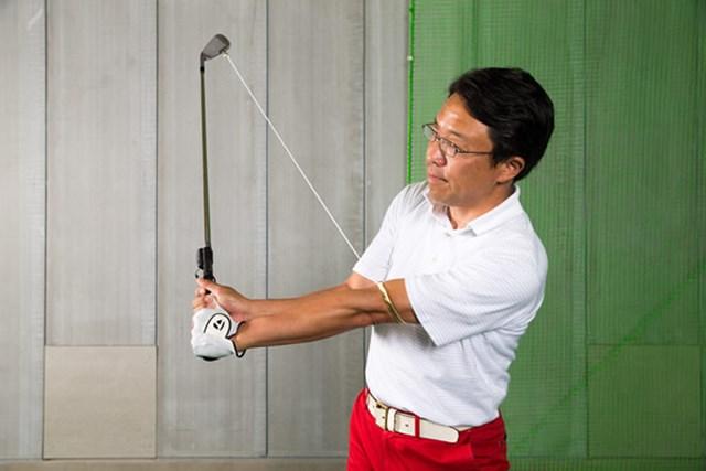 縦のゾーンでは左手の肘から小指(薬指)を結んだラインを意識する