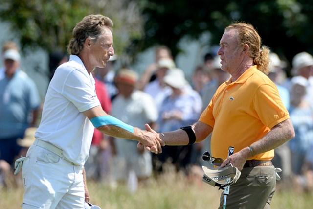 2014年 全英シニアオープン 2日目 ベルンハルト・ランガー ミゲル・アンヘル・ヒメネス ランガー(左)はレギュラーツアーでも活躍を続けるヒメネスと予選ラウンドをプレーした(Ross Kinnaird/Getty Images)