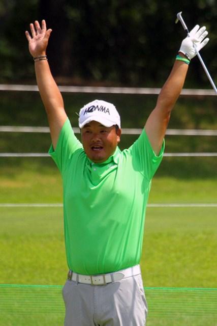 2014年 ダンロップ・スリクソン福島オープンゴルフトーナメント 事前 小田孔明 練習中にバンザイ!小田孔明は強行日程もなんのその