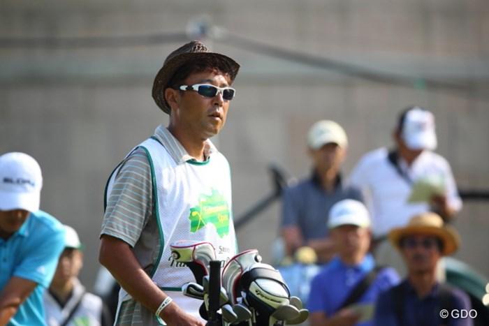 キャディさんが少しお洒落に見える例。 2014年 ダンロップ・スリクソン福島オープンゴルフトーナメント 初日 五十嵐 雄二