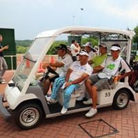 避難してきたわりになぜか楽しそうな面々。 2014年 ダンロップ・スリクソン福島オープンゴルフトーナメント 2日目 篠崎紀夫