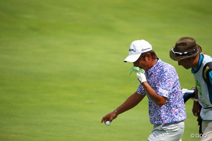 雷中断でしぶしぶ引き返す様。 2014年 ダンロップ・スリクソン福島オープンゴルフトーナメント 2日目 五十嵐雄二