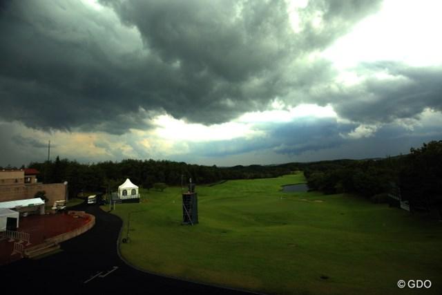 2014年 ダンロップ・スリクソン福島オープンゴルフトーナメント 2日目 18番 午後2時すぎなのに閑散としてしまった。