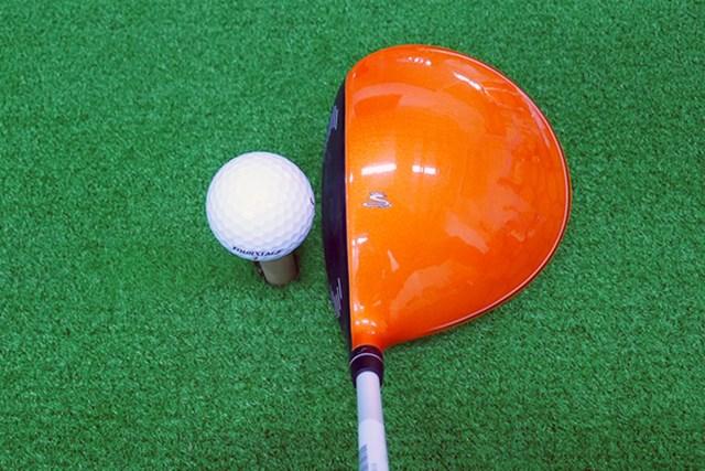 マーク試打 コブラ Bio CELLドライバー オレンジ色でとってもおしゃれ。丸型ヘッドで投影面積が大きくみえる