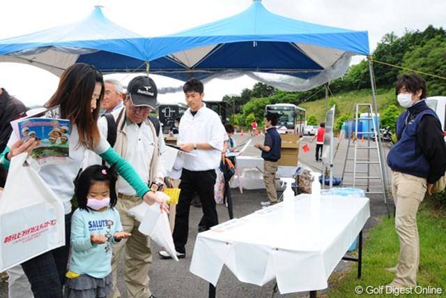 中京テレビ・ブリヂストンレディスオープン初日消毒スプレー ギャラリー入場口では小さな子供も消毒スプレーをシュッシュ!