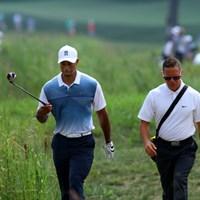 スイングコーチのショーン・フォーリー(右)と話す。コーチの判断もタイガーのキャリアを左右することになるかもしれない。重責だ。 2014年 全米プロゴルフ選手権 事前 タイガー・ウッズ