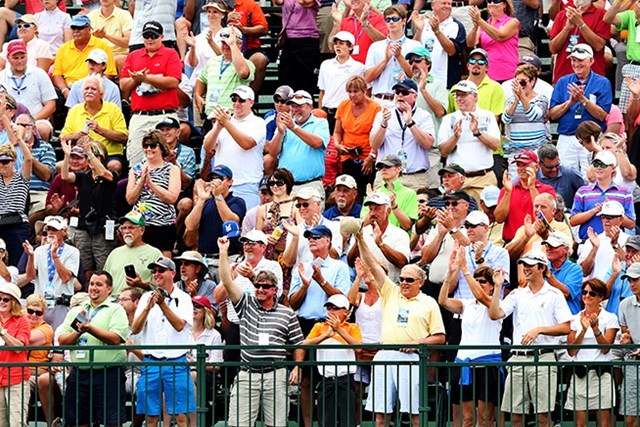 地元ケンタッキー出身の53歳ペリーの初日ティオフに、総立ちの観客は拳を突き上げて声援を送った(Andrew Redington/Getty Images))