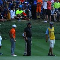 最終組に2打目を打たせるため、18番グリーン脇に移動するミケルソンとファウラー。優勝争いの中で見られた珍しい光景だった 2014年 全米プロゴルフ選手権 最終日 フィル・ミケルソン リッキー・ファウラー