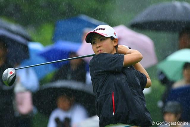 廣済堂レディスゴルフカップ1日目 9ホールを終え2バーディの古閑美保。雨の中、好スタートを切った。