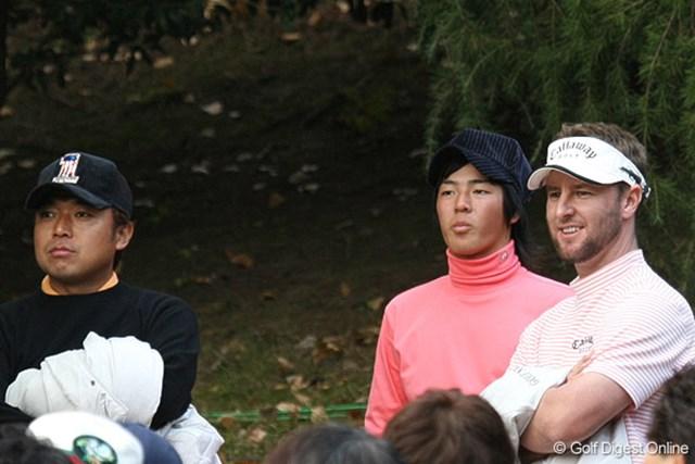 最終組のプレーを18番で見つめる片山晋呉、石川遼、そして優勝したブレンダン・ジョーンズ