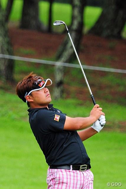 2014年 アールズエバーラスティングKBCオーガスタゴルフトーナメント  2日目 秋吉翔太 まったくのノーマークから4つ伸ばして7位タイ。顔は上がってるのに顔が見えん…。どんだけ帽子が深いんや~!