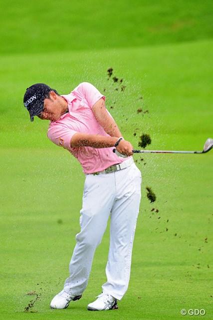 2014年 アールズエバーラスティングKBCオーガスタゴルフトーナメント  2日目 香妻陣一朗 泥や砂を巻き上げながらのセカンドショット。トータル4アンダーは競技終了者として8位タイ。