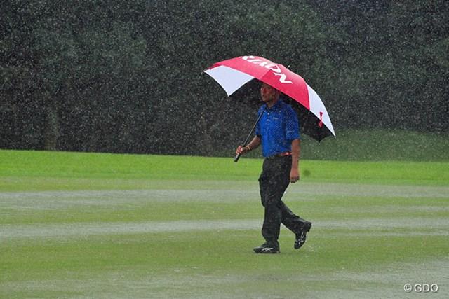 2014年 アールズエバーラスティングKBCオーガスタゴルフトーナメント  2日目 稲森佑貴 2回目の中断で、川のようなフェアウエイを引き上げる稲森選手。