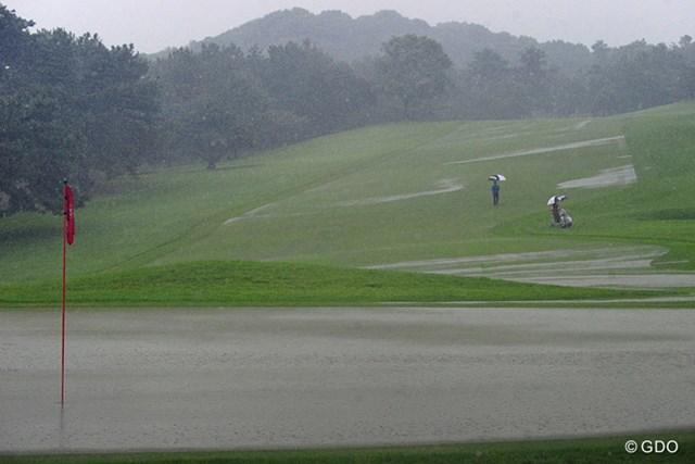 2014年 アールズエバーラスティングKBCオーガスタゴルフトーナメント  2日目 6番グリーン バケツをひっくり返したような雨で、一瞬にしてこのとおり。