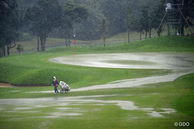 2014年 アールズエバーラスティングKBCオーガスタゴルフトーナメント  2日目 キャディさん 土砂降りの中をダッシュで引き上げるハウスキャディさん。可哀想にカッパ着てないもんなァ