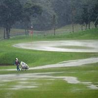 土砂降りの中をダッシュで引き上げるハウスキャディさん。可哀想にカッパ着てないもんなァ 2014年 アールズエバーラスティングKBCオーガスタゴルフトーナメント  2日目 キャディさん