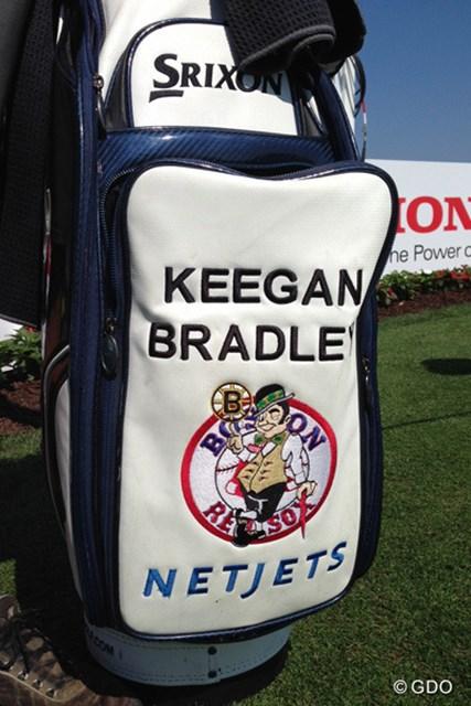 2014年 ドイツバンク選手権 初日 キーガン・ブラッドリーのキャディバッグ ちょっと贅沢なロゴマーク。ブラッドリーの地元愛の象徴だ