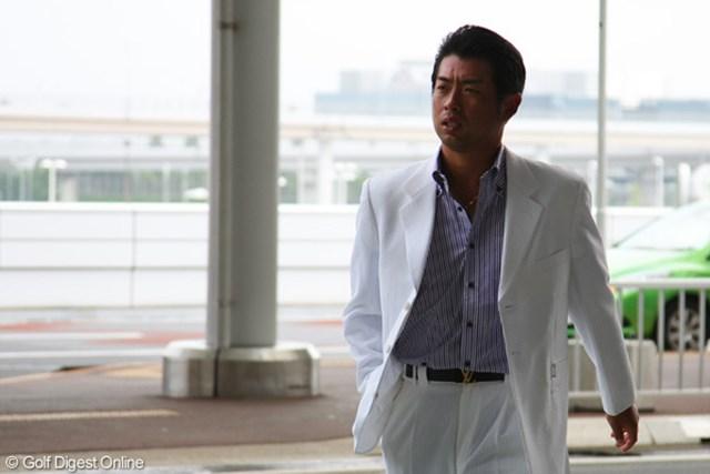 2011年 「WGCブリヂストンインビテーショナル」出国時の池田勇太 池田選手会長はデビュー直後から飛行機に乗るときもスーツ姿