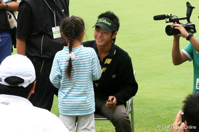 サスペンデッド決定後、子供たちに笑顔でサインをする石川遼