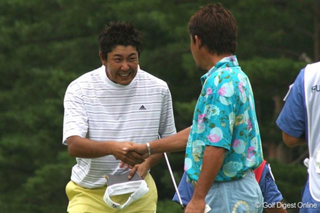 単独3位に食い込んだ富田雅哉(左)立山光広とガッチリ握手