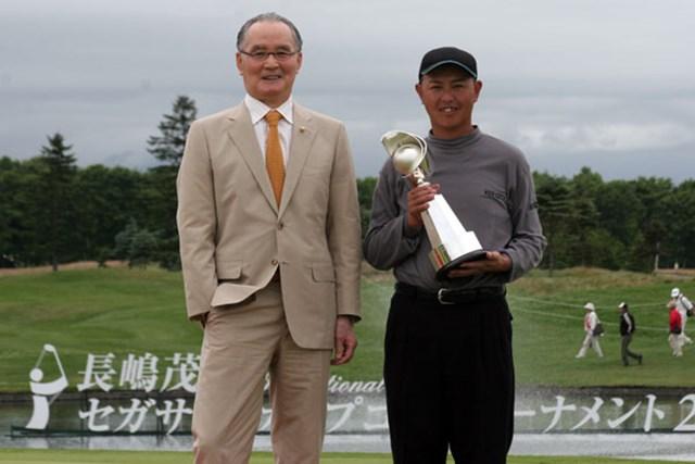 2週連続優勝を飾った谷口徹と、大会名誉会長として駆けつけた長嶋茂雄氏