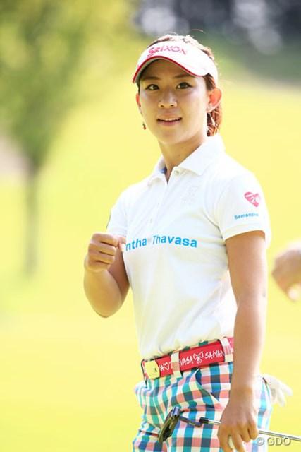 2014年 ゴルフ5レディスプロゴルフトーナメント 2日目 香妻琴乃 バーディを決めグータッチする姿もかわいいね