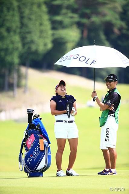 2014年 ゴルフ5レディスプロゴルフトーナメント 2日目 成田美寿々 扇子で扇ぎながら大笑い、こっちまで楽しくなって良いね