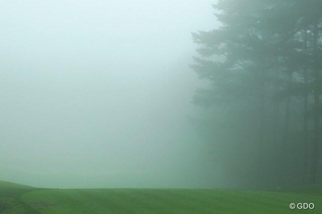 Par3でさえ、ピンフラッグどころかグリーンがどこかも分からないほどの濃霧で一度目のサスペンデッド。
