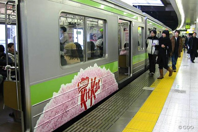 キットカットの受験キャンペーン キットカットの受験キャンペーンでは、山手線の車体も広告媒体として利用した(提供:ネスレ日本)
