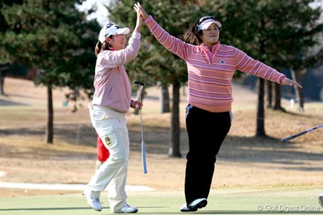 飯島茜(左)&諸見里しのぶ ハイタッチをする飯島茜(左)と諸見里しのぶ。ダブルスならではの光景だ