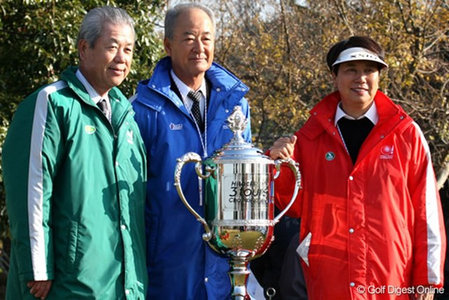 島田幸作会長(左)&松井功会長(中央)&樋口久子会長 3ツアーの会長が揃い踏み。左から、島田幸作JGTO会長、松井功PGA会長、樋口久子LPGA会長