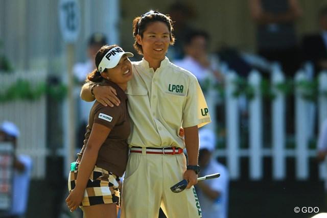 本当に苦しい一日だった事を象徴する写真です。ホールアウト後、キャディさんとホッとした表情で肩を抱き合っていたのが、凄く印象的でした。