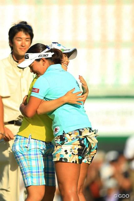 2014年 日本女子プロゴルフ選手権大会コニカミノルタ杯 4日目 鈴木愛 大江香織 最終組でラウンドした大江香織プロからも抱擁の祝福。