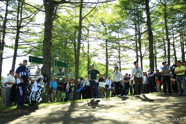 2014年 ANAオープンゴルフトーナメント 3日目 石川遼 9番Par5、ボールは林の中のカート道へ