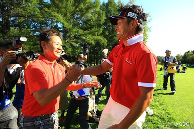 4年振りの優勝を果たした宮本勝昌を笑顔で迎え入れる藤田寛之