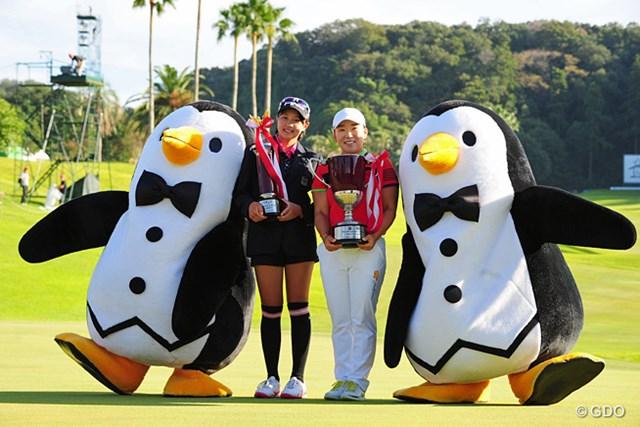 ベストアマのモモカちゃんと世界のジエゾーの2ショット。ペンギンさんも一所懸命にポーズを決めて…