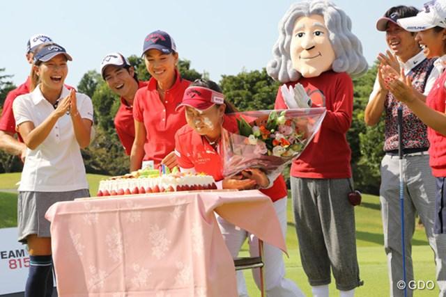 この日が30歳の誕生日の佐伯三貴はサプライズで用意されたケーキに顔を突っ込む。押したのは左の女子プロ・・・