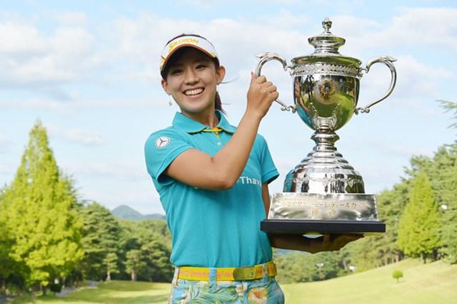香妻琴乃が通算9アンダーで逆転し、ステップアップツアー通算2勝目を飾った※日本女子プロゴルフ協会
