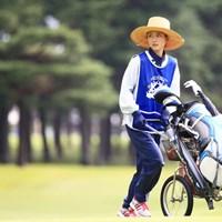 かわいいと噂のJコロモのキャディさん 2014年 アジアパシフィックオープンゴルフチャンピオンシップ ダイヤモンドカップゴルフ 2日目 キャディ