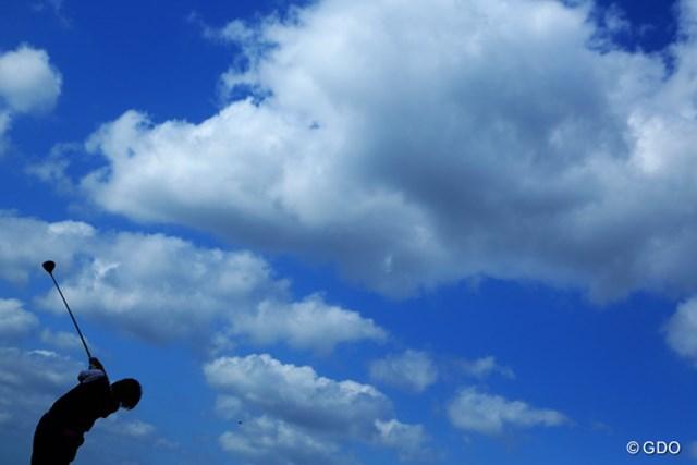 2014年 ミヤギテレビ杯ダンロップ女子オープン 2日目 成田美寿々 空が綺麗なら必ず抑えます!!こんな感じに!