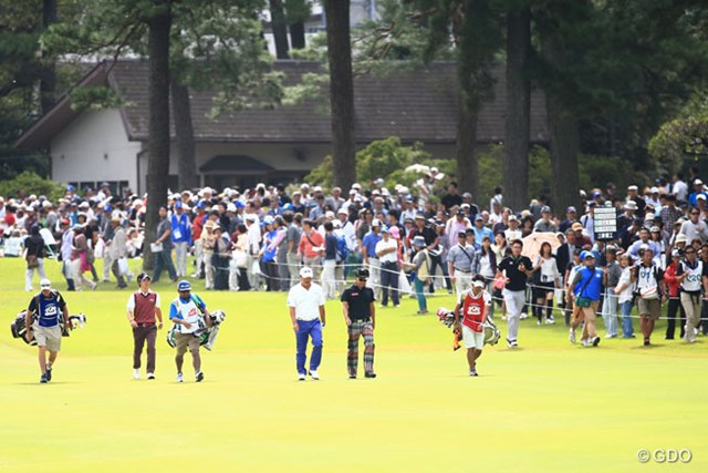 2014年 アジアパシフィックオープンゴルフチャンピオンシップ ダイヤモンドカップゴルフ 3日目 片山晋呉 小田孔明 石川遼 まぎれもない10番朝スタートです。ギャラリーの皆さん1番ティと間違ってませんか?