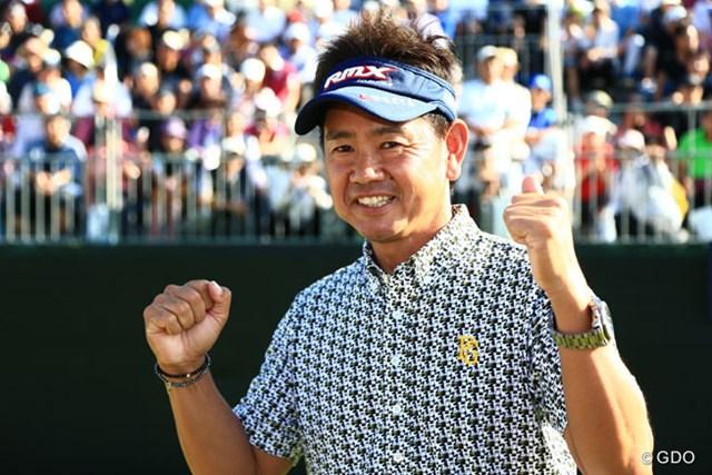 2014年 アジアパシフィックオープンゴルフチャンピオンシップ ダイヤモンドカップゴルフ 最終日 藤田寛之 リクエストに応えてガッツポーズ。ちなみに賞金は3,000万円