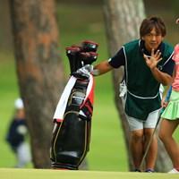 何と西暦2000年、21世紀生まれ!いつの間にか時代は変わったんですねぇ。あっ、キャディはイケメンカリスマフィッターの鹿又さんじゃないですか! 2014年 日本女子オープンゴルフ選手権競技 初日 鬼塚貴理 鹿又芳典