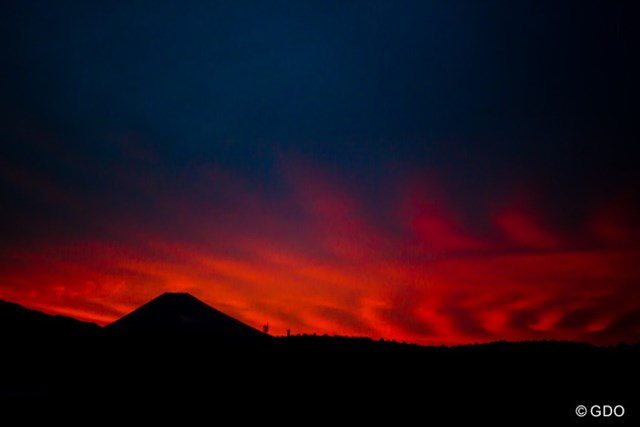 夕焼けの富士山がやけに不気味でした。地震?噴火?いやでも明日はおそらくいい天気だな。
