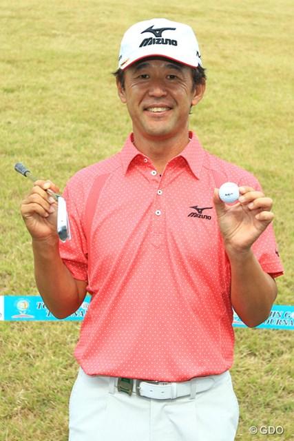 2014年 TOSHIN GOLF TOURNAMENT IN Central 最終日 鈴木亨 試合で初となるホールインワンを決め喜ぶ鈴木亨。この日のベストスコア「63」もマークした