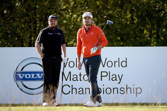 ビクトル・デュビッソン(右)がシェーン・ローリーを下し、連勝を飾った(Ross Kinnaird/Getty Images) 2014年 ボルボワールドマッチプレー選手権 2日目 ビクトル・デュビッソン シェーン・ローリー